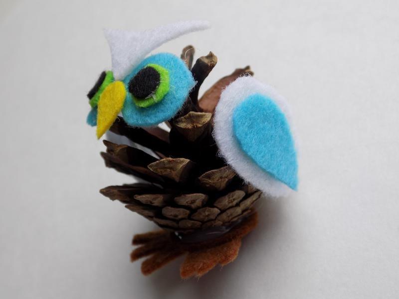 Поделка сова из шишки на ветки 41